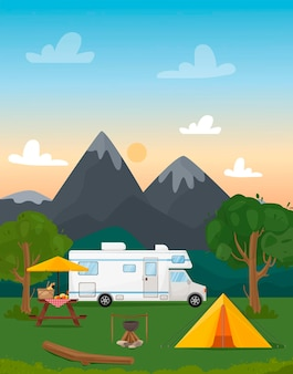 Sommercamp am feuer ein wohnwagen mit zelt ein holz ein kessel und eine tafellandschaft mit bergen