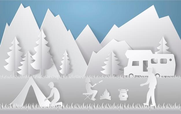 Sommercamping im scherenschnitt-stil. konzept mit berg, bäumen, menschen bei einem picknick. vektor-illustration.