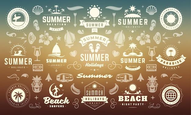 Sommerferien-etiketten und -abzeichen entwerfen retro-typografie für poster und t-shirts. sonnensymbole, strandurlaub und tropische insel mit palmenelementen.