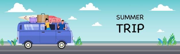 Sommerferien retro van und surfbretter. reise- und personenkonzept - lächelnde junge hippiefreunde im minivanauto am strand.