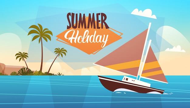 Sommerferien-yacht-seelandschaftsschöner strand-meerblick-fahnen-küstenfeiertag