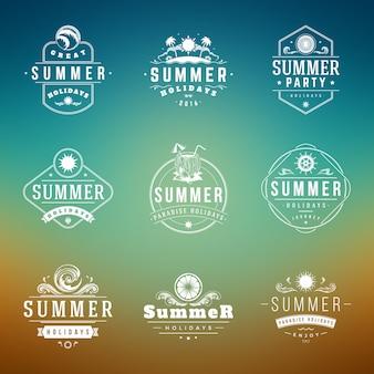 Sommerferienaufkleber oder retro- typografievektordesignschablonen der ausweise eingestellt.