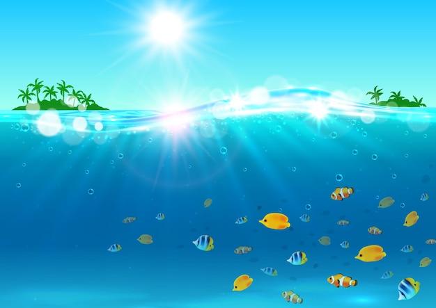 Sommerferienhintergrund. ozean mit tropischer palmeninsel, strahlender sonne, wasserwellen, bunten fischen