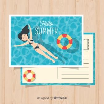 Sommerferienmädchen, das in der poolpostkarte sich entspannt