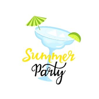 Sommerfest handgezeichnete schriftzug. margarita-cocktail mit eiswürfeln, regenschirm und limettenscheibe. kann als t-shirt-design verwendet werden. Premium Vektoren