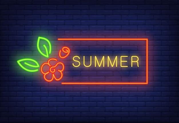 Sommerneontext im roten rahmen und in der blume. saisonales angebot oder verkaufsanzeige