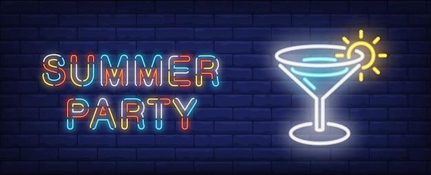 Sommerparty im neon-stil. bunter text und cocktail auf backsteinmauerhintergrund.