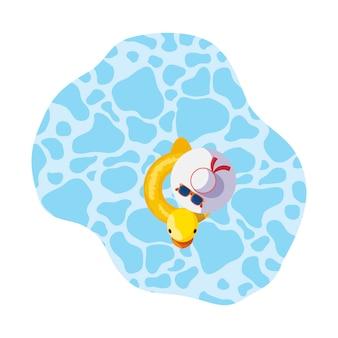 Sommerposenente mit dem weiblichen hut, der in pool schwimmt