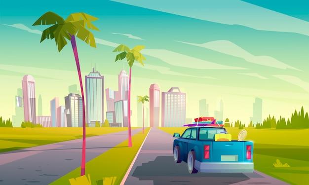 Sommerreise mit dem auto. karikaturillustration des autos mit gepäck auf der straße zur tropischen stadt mit wolkenkratzern und palmen. konzept des urlaubs, fahrt mit dem auto zum resort
