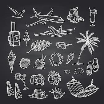 Sommerreiseelemente auf schwarzem tafelsatz