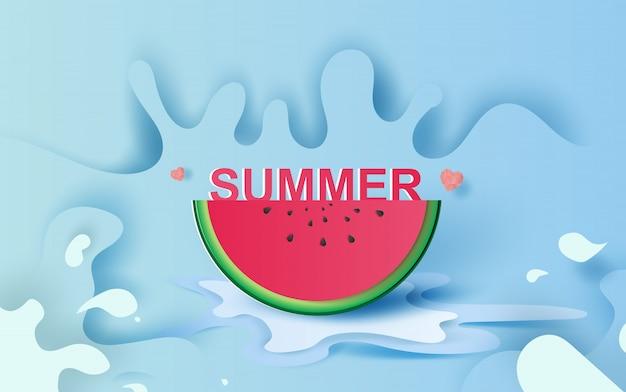 Sommersaisonwassermelone auf spritzen des blauen wassers.