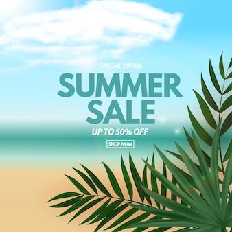 Sommerschlussverkauf mit tropischer palme und blick auf den strand