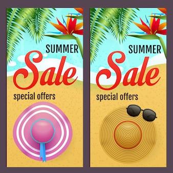Sommerschlussverkaufbeschriftungen stellten mit sommerhüten auf strand ein