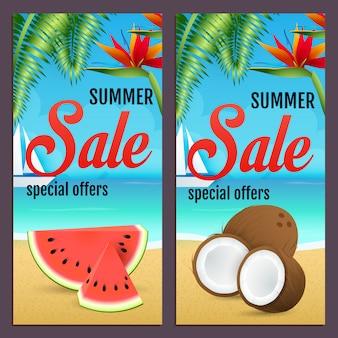 Sommerschlussverkaufbeschriftungen stellten mit wassermelone und kokosnüssen auf strand ein