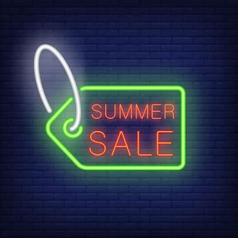 Sommerschlussverkauftext auf Tag in der Neonart. Grüne Verkaufsmarke mit rotem Text auf dunkler Backsteinmauer.