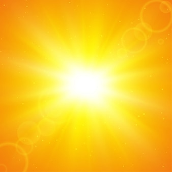 Sommersonnenhintergrund. die sonnenstrahlen, die sich im sommer vom zentrum aus ausbreiten.