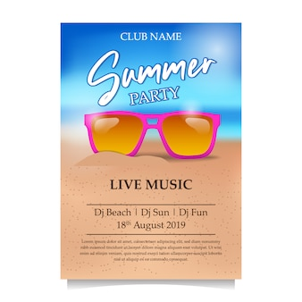 Sommerstrandfestplakat mit rosa gläsern auf dem strand
