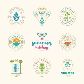 Sommerurlaub etiketten und abzeichen retro-design-set. vorlagen für grußkarten, poster und bekleidungsdesign. strandurlaub-logos mit palmen und sonnensymbolen vektorgrafiken.