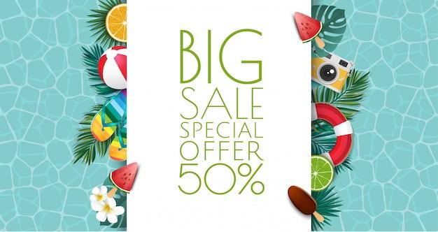 Sommerverkauf banner illustration. tropischer rahmen mit sandstrand, wasser, blättern und früchten, eis.