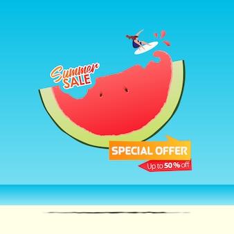 Sommerverkauf banner vorlage design. mädchen, das auf einer halben wassermelone im flachen design surft. sommerverkauf typografie auf see.