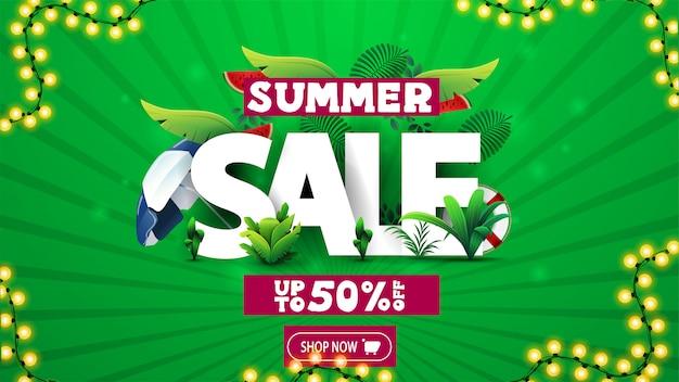 Sommerverkauf, grünes rabattbanner mit 3d-text verziert von tropischen blättern und sommerelementen, knopf und girlandenrahmen
