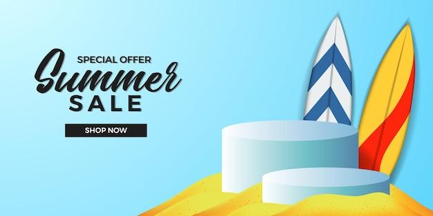 Sommerverkaufsangebot-bannervorlage mit 3d-zylinderpodium-produktanzeige mit sandstrand und surfbrett