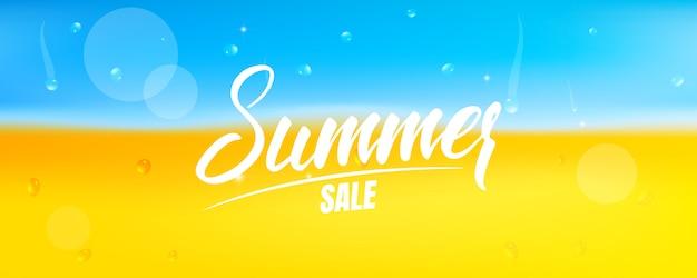 Sommerverkaufsbanner. banner mit sommerkalligraphie und strand mit sand und meerwasser