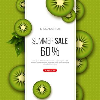 Sommerverkaufsbanner mit geschnittenen kiwistücken, blättern und gepunktetem muster. grüner hintergrund - vorlage für saisonale rabatte
