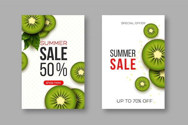 Sommerverkaufsbanner mit geschnittenen kiwistücken, blättern und gepunktetem muster. weißer hintergrund - vorlage für saisonale rabatte