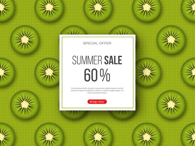 Sommerverkaufsbanner mit geschnittenen kiwistücken und gepunktetem muster. grüner hintergrund - vorlage für saisonale rabatte