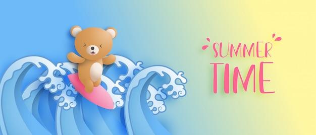 Sommerzeit-banner mit dem niedlichen bären surft auf ozeanwelle im papierschnittstil. digitale bastelpapierkunst. werbeeinkaufs-werbeplakat. sommerferien tapete.
