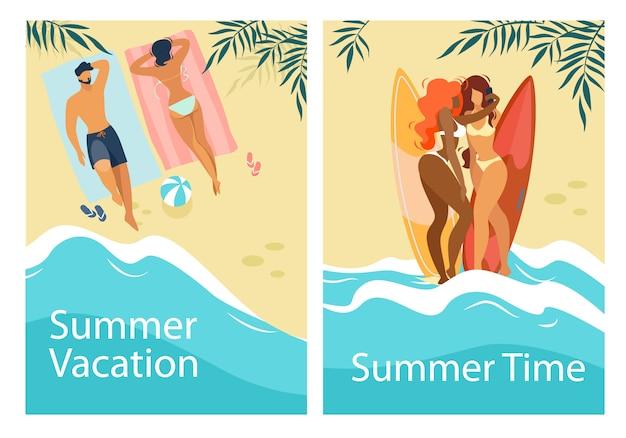 Sommerzeit-ferien-vertikale fahnen stellten mit den leuten ein, die auf strand sich entspannen