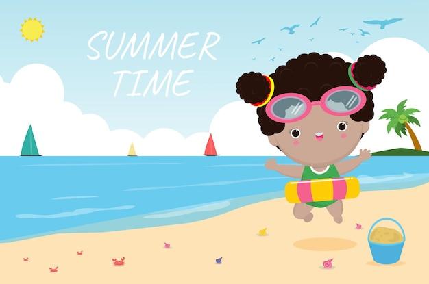 Sommerzeit. glückliches kind in badekleidung mit aufblasbarem spielzeug am strand