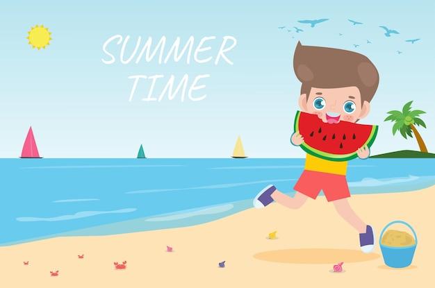 Sommerzeit nettes kleines kind, das wassermelone hält und auf flache karikatur des strandes springt.