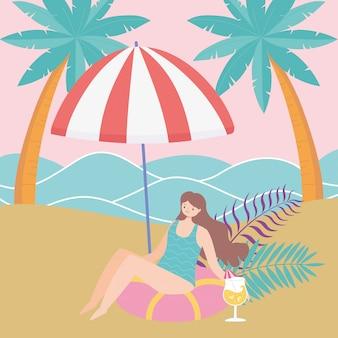 Sommerzeit strandfrau, die cocktail trinkt, der unter regenschirmferientourismus entspannt