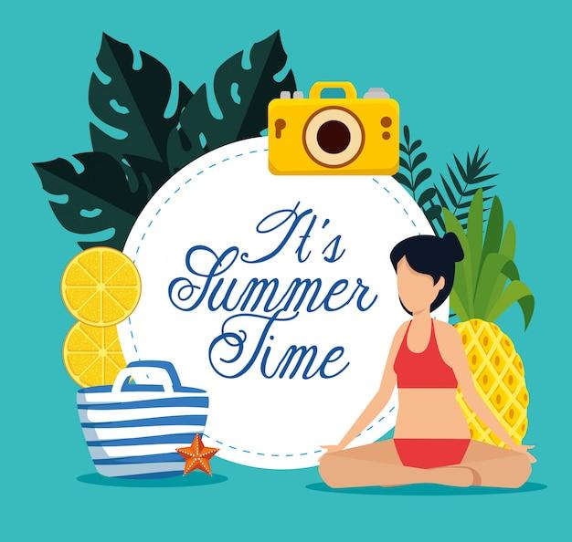 Sommerzeitkarte mit der frau, die mit badeanzug und früchten sitzt