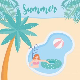 Sommerzeitmädchen im pool mit ballschwimmer und palmenurlaubstourismus