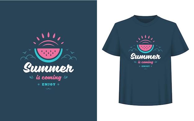 Sommerzitat oder spruch kann für t-shirts, tassen, grußkarten, foto-overlays, dekordrucke und poster verwendet werden. der sommer kommt, genießen sie nachricht und wassermelonen-vektor-illustration.