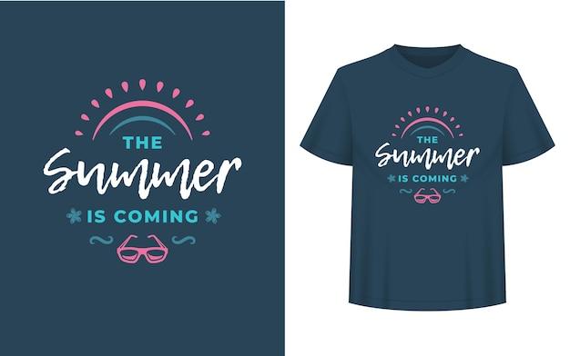 Sommerzitat oder spruch kann für t-shirts, tassen, grußkarten, foto-overlays, dekordrucke und poster verwendet werden. der sommer kommt nachricht, vektorillustration.