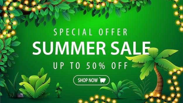 Sonderangebot, sommerschlussverkauf, grünes rabatt-webbanner mit weißem großangebot, knopf, tropischem dschungelrahmen, tropischen elementen und rahmen aus hellen girlanden