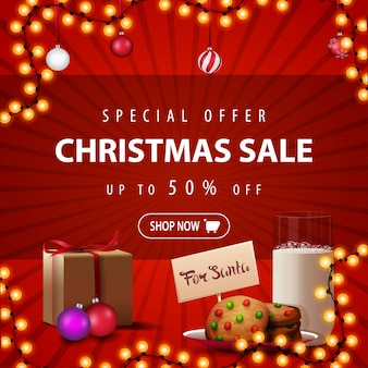 Sonderangebot, weihnachtsverkauf, bis zu 50% rabatt, quadratisches rotes rabatt-banner mit girlande, weihnachtskugeln, geschenk und keksen mit einem glas milch für den weihnachtsmann