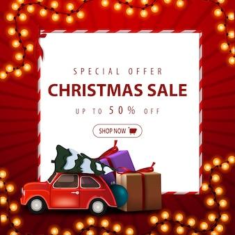 Sonderangebot, weihnachtsverkauf, bis zu 50% rabatt. rabattfahne des roten quadrats mit weihnachtsgirlande, weißbuchblatt und tragendem weihnachtsbaum des autos