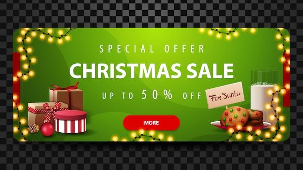 Sonderangebot, weihnachtsverkauf, bis zu 50% rabatt, schönes grünes rabatt-banner mit girlanden, rotem knopf, geschenken und keksen mit einem glas milch für den weihnachtsmann