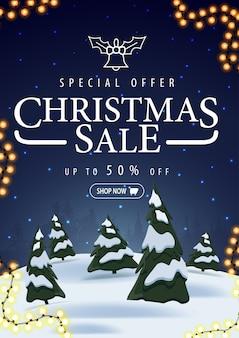 Sonderangebot, weihnachtsverkauf, bis zu 50 rabatt, vertikales blaues rabattbanner mit winterlandschaft