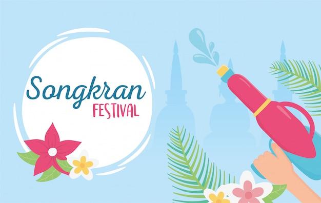 Songkran festival hand mit wasserpistolen blumen feier