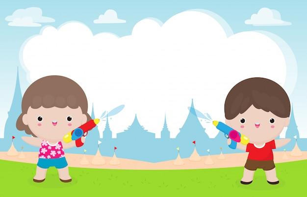 Songkran festival kinder, die wasserpistole halten, genießen das spritzwasser im songkran festival
