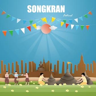 Songkran festival konzept mit menschen verursachen sandpagoden und spielen wasser und spritzwasser und verursachen in thailand
