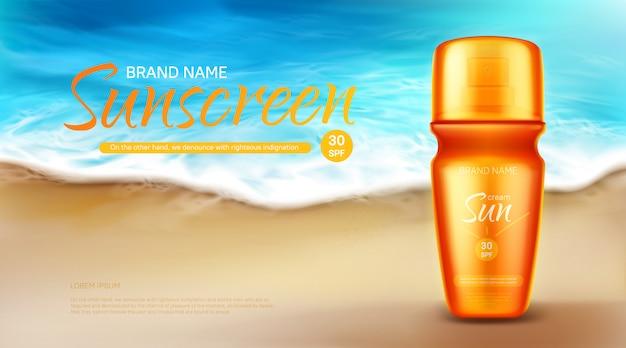 Sonnenschutz kosmetik, sommer uv-block creme tube stehen auf sand an der küste mit schaumigen meereswellen, hautpflege solar lotion.