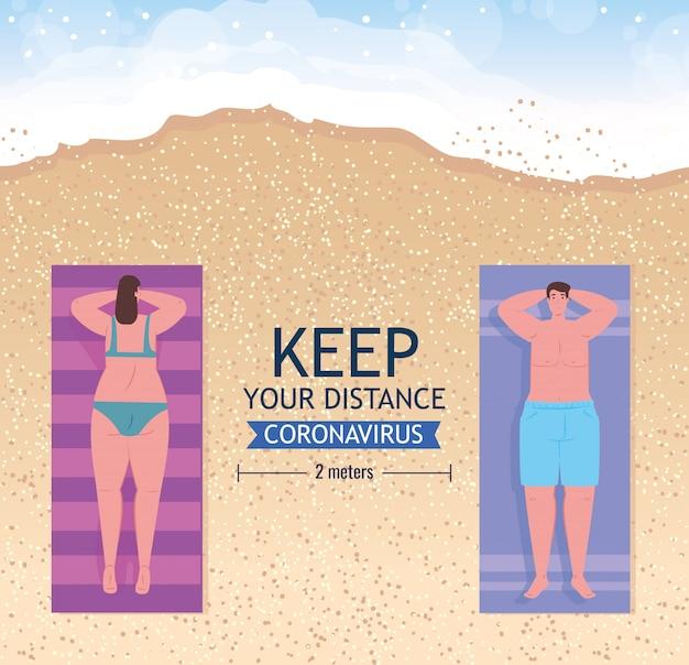 Soziale distanzierung am strand, paar halten abstand zum sonnenbaden oder bräunen im sand, neues normales sommerstrandkonzept nach coronavirus oder covid 19