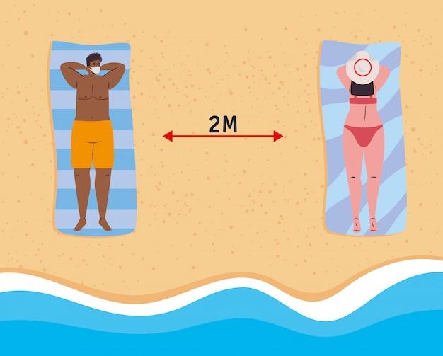 Soziale distanzierung am strand, paar mit medizinischer maske im liegen, neues normales sommerstrandkonzept nach coronavirus oder covid 19